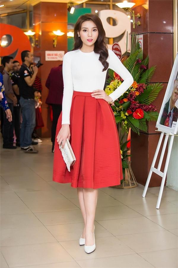Hoa hậu Kỳ Duyên cũng áp dụng sự kết hợp tương tự nhưng với chân váy có màu đỏ nổi bật.