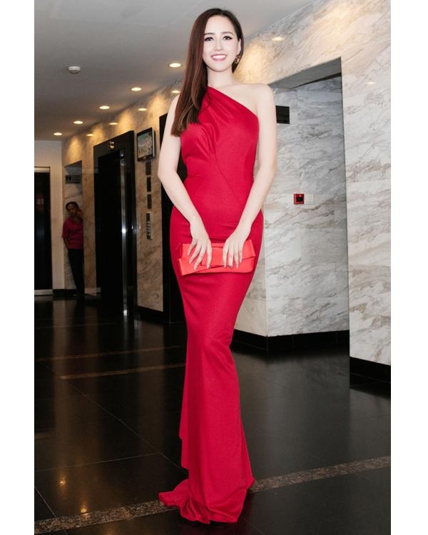 Hoa hậu Mai Phương Thúy cũng lựa chọn sắc đỏ và dáng váy ôm khi tham dự đêm đại tiệc giữa không trung khá độc đáo tại TP.HCM.