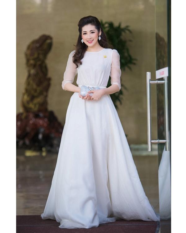 Á hậu Tú Anh điệu đà như nàng công chúa bước ra từ truyện cổ tích trong bộ váy xòe trắng được thực hiện trên nền chất liệu voan lụa mềm mại của nhà thiết kế Lê Thanh Hòa.