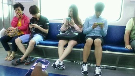 Đừng làm ồn trên các phương tiện công cộng.(Ảnh: Internet)
