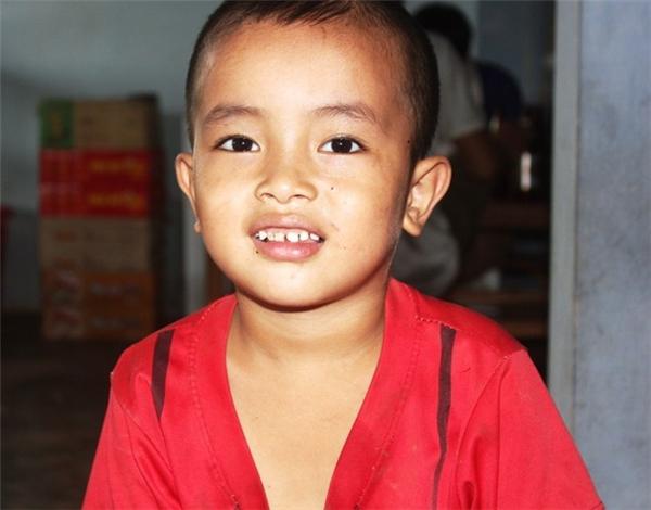 Bé Long, một trong hai cháu được Vân Anh cứu thoát khỏi đuối nước. Ảnh: Phạm Hòa.