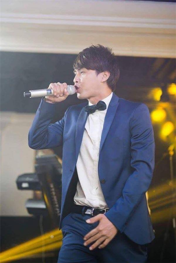 Ngoài các show diễn trên khắp các tỉnh thành trong nước, nam ca sĩ còn là gương mặt quen thuộc trong cáctour lưu diễn nước ngoài. - Tin sao Viet - Tin tuc sao Viet - Scandal sao Viet - Tin tuc cua Sao - Tin cua Sao