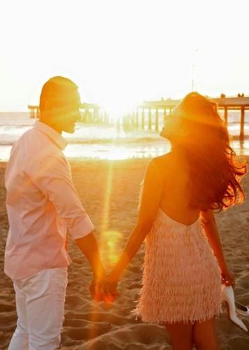 Cặp đôitay trong tay hạnh phúc đi dạo trên một bãi biển đầy nắng. - Tin sao Viet - Tin tuc sao Viet - Scandal sao Viet - Tin tuc cua Sao - Tin cua Sao