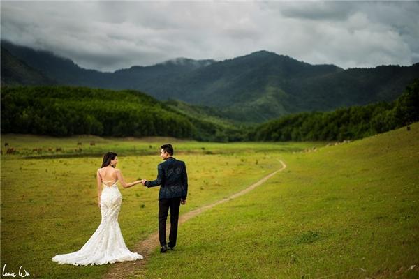 Bối cảnh đồng cỏ đẹp mênh mông cho ảnh cưới của đôi trai tài gái sắc. - Tin sao Viet - Tin tuc sao Viet - Scandal sao Viet - Tin tuc cua Sao - Tin cua Sao