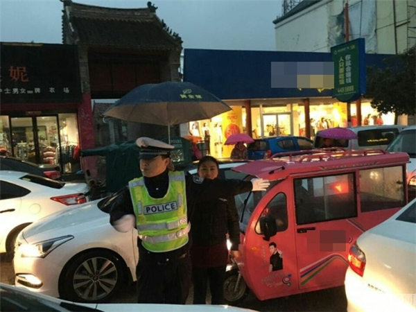 Theo tìm hiểu của anh Wang thì người phụ nữ này có tên là Wang Yanyan, là chủ của một cửa hàng quanh khu vực anh hướng dẫn lưu thông hôm ấy. (Ảnh: NetEase)