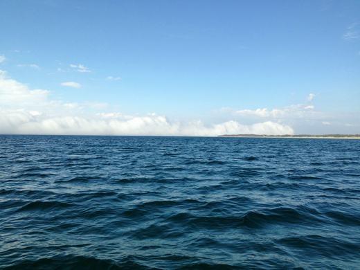 Nhìn từ xa, sương mù khá giống như ngọn núi.