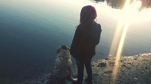 """""""Nhưng... một cô gái không thể ở trong trạng thái buồn bã mãi nếu cô ấy cóbạn đồng hành là một chú chó cưng"""".(Nguồn: BP)"""
