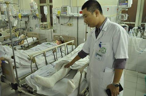 Nạn nhân trong vụ tai nạn này đang được bác sĩ chăm sóc vết thương. Ảnh: DT