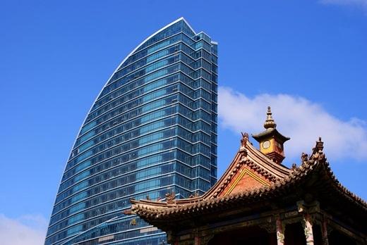 Ở góc độ này, nét truyền thống và sự hiện đại của Ulaanbaatar được đặt cạnh nhau với mái đền Choijin Lama cùngmột phần tháp Blue Sky.(Ảnh: Internet)