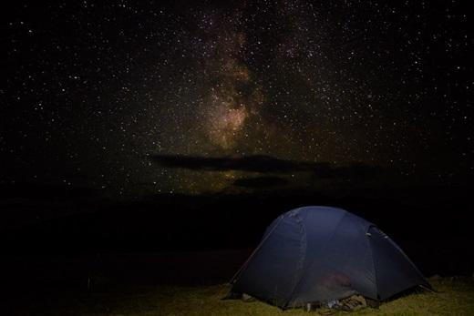 Không gì tuyệt vời hơn được nằm giữa thảo nguyên vào ban đêm và ngắm một bầu trời đầy sao sáng. (Ảnh: Internet)