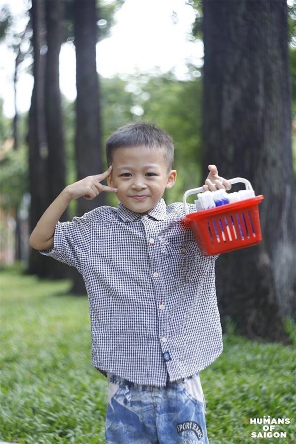 Sài Gòn là cậu bé con ham học,ngày ngàyđi bán phụ gia đìnhnhưng vẫn hồn nhiên tươi cười và lễ phép với mọi người xung quanh. (Ảnh: Humans of Saigon)