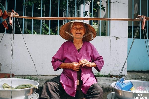 Là nụ cười vô tư đến nao lòng của cụ bà bên gánh hàng rong.(Ảnh: Humans of Saigon)
