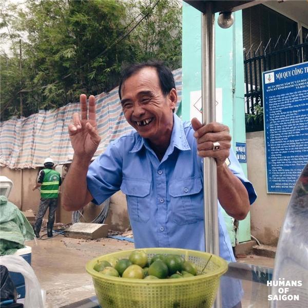 """""""Có ở trong ruột mình buồn chứ bên ngoài cười giỡn thoải mái vậy á. Có ai biết mình vui đâu, ai biết mình buồn đâu. Thành ra nó già mãi không trẻ luôn á"""" -lời tâm sự của bác bảo vệ vui tính làm buổi trưa Sài Gònbớt oi ả...(Ảnh: Humans of Saigon)"""