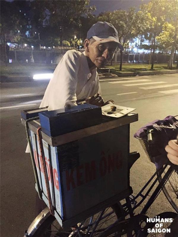 Trời Sài Gòn sao còn làm mưa, để đường phố đột nhiên lạ lẫm vì vắngxe kem nhỏ của ông cụ?(Ảnh: Humans of Saigon)