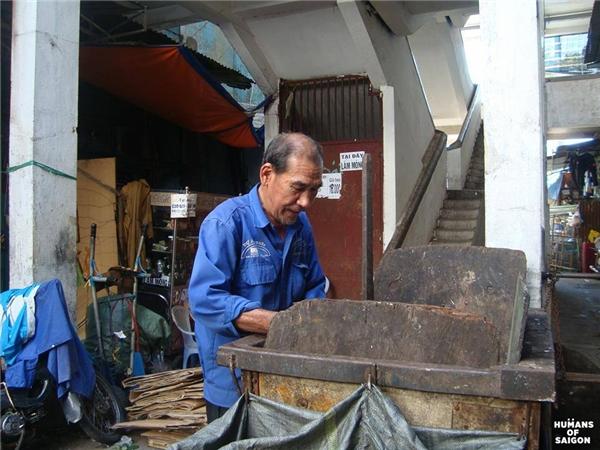 Có những con người có tuổi đờihơn nửa thế kỉ nhưng vẫn nặng gánh mưu sinh mỗi ngày.(Ảnh: Humans of Saigon)