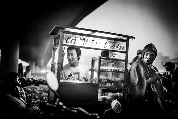 Một góc nhỏ Sài Gòn -nơi con người ta tựa vào nhau mà sốngnhưng vẫn rực sáng sự lạc quan.(Ảnh: Neil Massey)