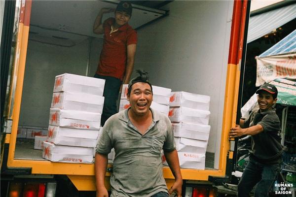 """Người Sài Gòn khổ thì khổ nhưng vẫn hồn nhiên lắm, như cái cách những người đàn ông bốc vác này cười rạng rỡ vì nghĩ rằng: """"Nhà báo đang chụp hình"""".(Ảnh: Humans of Saigon)"""