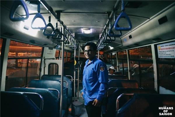 """""""Ngày trước có thời gian mình ăn chơi quậy phá rất nhiều...Chuyện qua đã lâu, giờ mình đi làm và cũng muốn va chạm nhiều để cải thiện bản thân hơn"""".Một chiều trên chuyến xe buýt chợt thấy người Sài Gòn sao mà nghị lực quá.(Ảnh: Humans of Saigon)"""