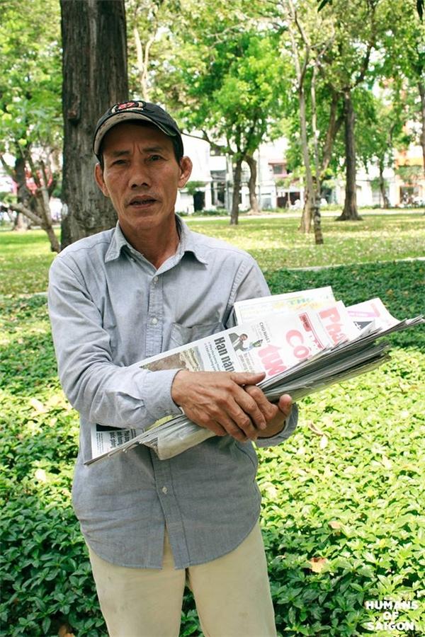"""Ai cũng biết Sài Gòn luôn dang rộng vòng tay đón những người con tứ xứ đổ về.""""Ngày chú khăn gói đi là quyết tâm phải cho con chú ăn học để có cái nghề con ạ. Thời buổi này không có nghề ngỗng gì làm sao mà sống nổi?"""". Dẫu biết Sài Gòn không phải vùng đất thần tiên nhưng nghị lực sống và sự thức thời của con người vẫn cứmãnh liệt.(Ảnh: Humans of Saigon)"""