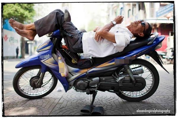 Giấc ngủ trưa tạm bợ giữa lòng Sài Gòn.(Ảnh: Alexandre Garel)