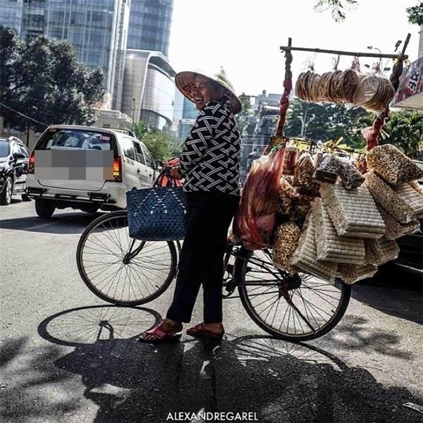 Đẹp sao cho bằng nụ cười rạng rỡ hơn cả nắng Sài Gòn của chị bán hàng rong này? (Ảnh: Alexandre Garel)