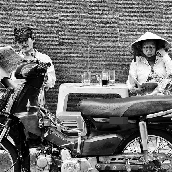 Vài trang báo đọc vội - món ăn tinh thần của người Sài Gòn cũng chóng vánh, hối hả như nhịp sống ở đây.(Ảnh: Âu Dương Thành)