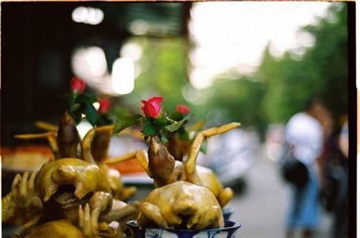 """""""Một bông hồng, em dành tặng... chưa biết tặng ai nữa!"""". (Ảnh: Internet)"""