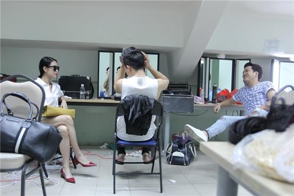Mai Hồnói chuyện cùng Trấn Thành và một số bạn đồng nghiệp khác. - Tin sao Viet - Tin tuc sao Viet - Scandal sao Viet - Tin tuc cua Sao - Tin cua Sao