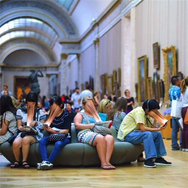"""""""Khi tôi đang đi tàu điện ngầm, đến bảo tàng,cảm giác nhưtại đây chỉ có một mìnhtôiđang hiện diện trong đám đông"""". (Nguồn: Internet)"""