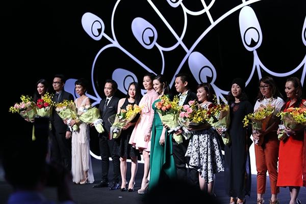Xa Thi Mạn và Lý Nhã Kỳ cùng xuất hiện trên sân khấu để trao hoa cho nhà tài trợ cùng các đơn vị bảo trợ truyền thông. - Tin sao Viet - Tin tuc sao Viet - Scandal sao Viet - Tin tuc cua Sao - Tin cua Sao