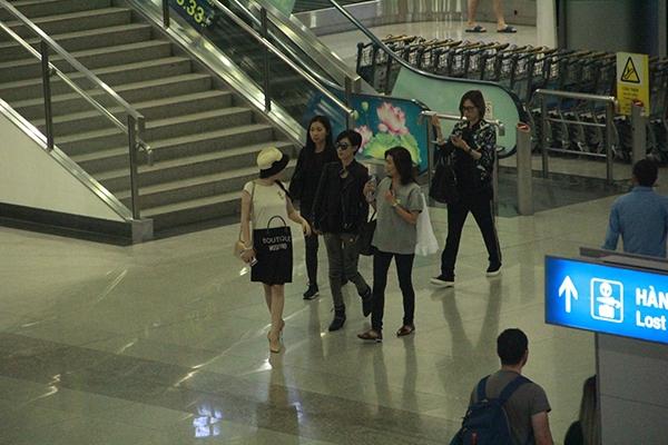 Xa Thi Mạn kẹt cứng giữa vòng vây của người hâm mộ Việt Nam