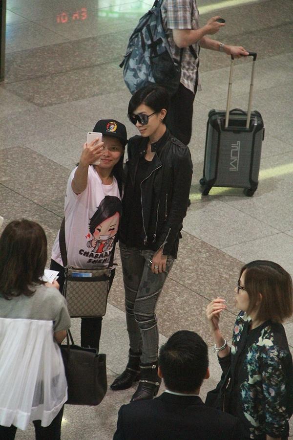 Cô vui vẻ chụp ảnh cùng các nhân viên trong sân bay và một số người hâm mộ. Thay vì chọn lối đi VIP, Xa Thi Mạn lại ra cổng thường để được nhìn thấy fan Việt Nam.