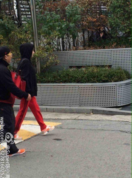Park Bom xuất hiện trước tòa nhà YG ngày 10/11 vừa qua.