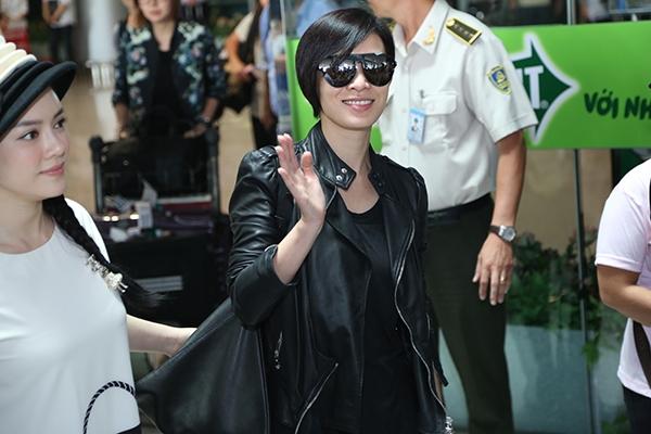 Nữ diễn viên Lý Nhã Kỳ và bà trùm quản lí các ngôi sao TVB Lạc Di Linh luôn theo sát Xa Thi Mạn. Cô liên tục vẫy tay chào hỏi người hâm mộ.