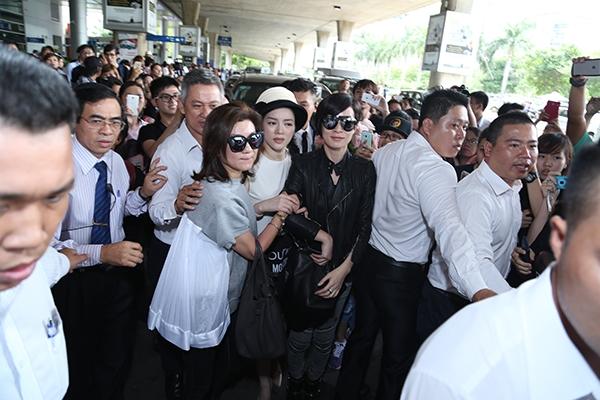 Nữ diễn viên phải khá vất vả để lên xe về khách sạn và tham gia các hoạt động tiếp theo trong lần đến Việt Nam này.