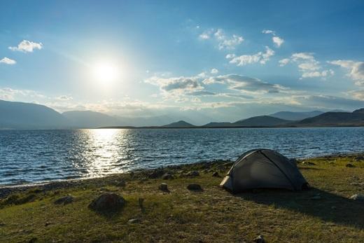 Nước hồ xanh như ngọc, không khí mát lạnh, rất thích hợp cho một ngày cắm trại và dạo chơi.(Ảnh: Internet)