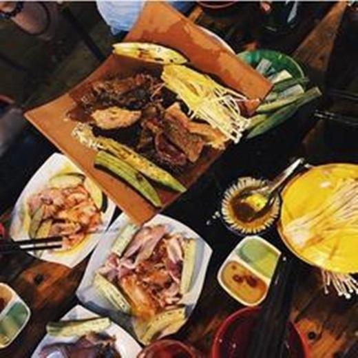 Dọc con đường Phạm Văn Đồng là hàng loạt quán nướng ngói đông vui, tỏa ra làn khói trắng nghi ngút mang theo hương thơm quyến rũ của các loại ốc, hải sản, thịt bò, nhũ dê… Ngồi lề đường, nhâm nhi ít bia cùng những món nướng ngói đa dạng ở đây là một thú vui mới của giới trẻ Sài Gòn.(Ảnh: Internet)
