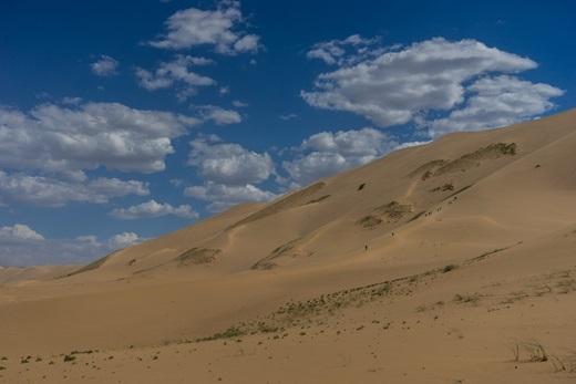 Sa mạc Gobi -vùng đất cằn cỗi với cảnh quan thiên nhiên tuyệt đẹp -có nhiệt độ lên đến 40 độ C vào mùa hè và âm 40 độ C vào mùa đông. Khác với Sahara, sa mạc Gobi có nhiều cồn cát, đồng bằng sỏi và núi đá hùng vĩ.(Ảnh: Internet)