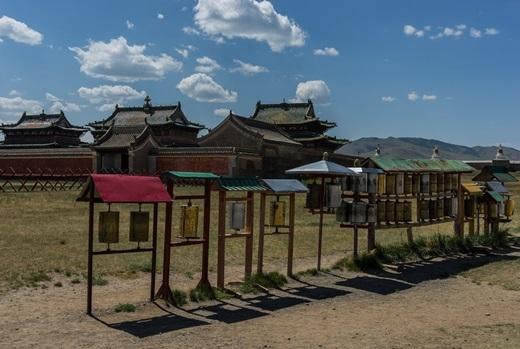 Xa xa là những mái nhà cổ kính ảnh hưởng phong cách kiến trúcTrung Hoa.(Ảnh: Internet)