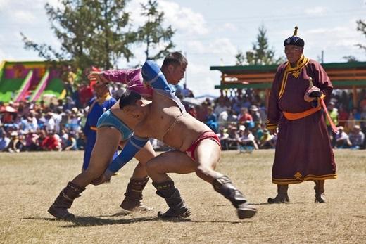 Bên cạnh bắn cung, đua ngựa, đấu vật cũng là một hoạt động chính được mong đợi nhất trong lễ hội Naadam – lễ hội quốc gia được tổ chức suốt3 ngày vào tháng 7 hàng năm.(Ảnh: Internet)