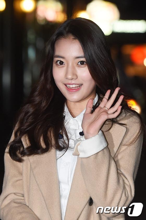 """Nhờ vai diễn Kim Hye Jin lúc nhỏ và Kim Hye Rin, sao nhí Jung Da Bin đã xuất sắc """"đốn tim"""" khán giả với diễn xuất chắc tay cùng vẻ ngoài xinh đẹp ra dáng thiếu nữ."""