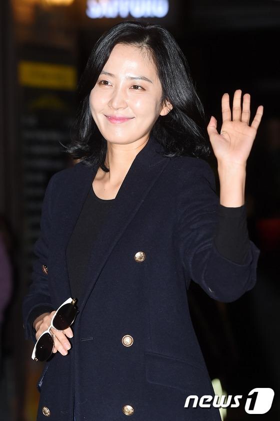 """""""Phóng viên Cha"""" Shin Dong Mi diện trang phục """"sang chảnh"""" thu hút sự chú ý."""