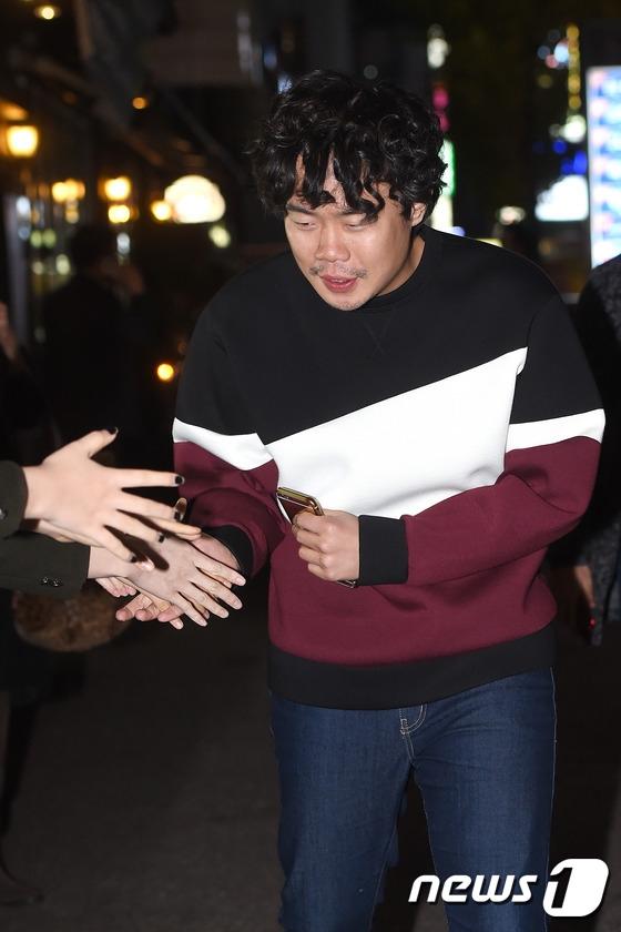 """Vẫn mái tóc xù quen thuộc, """"cháu trai của tổng biên tập"""" - nam diễn viênAn Se Ha- thân thiện chào hỏi mọi người."""