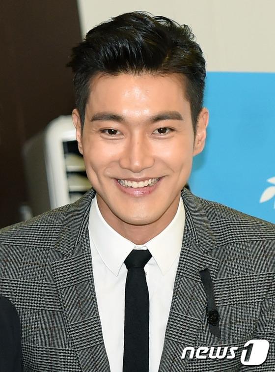 Trong khi đó, Siwon vắng mặt vì không sắp xếp được thời gian. Anh chàng cũng vừa vinh dự nhận chứng nhận Đại biểu đặc biệt của tổ chức Unicef vào sáng 12/11 mới đây.