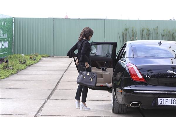 """Tháp tùng nữ diễn viên """"Hồ sơ trinh sát"""" gồm Lý Nhã Kỳ và bà trùm quản lí các ngôi sao TVB - Lạc Di Linh."""