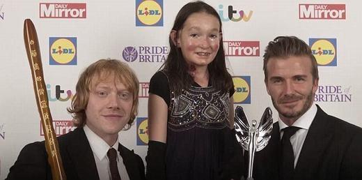 Cô bé bênDavid Beckham (phải) vàRupert Grint (trái). (Ảnh: Daily Mirror)