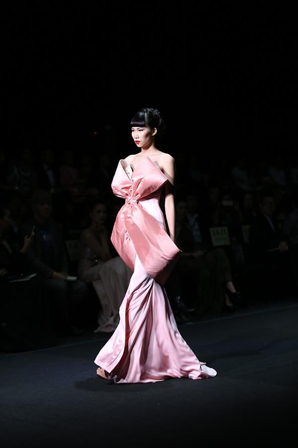 Chân dài Kim Phương giữ vai trò mở màn. Cô diện bộ váy ôm sát kết hợp chi tiết nơ dựng phom 3D cầu kì, đối xứng.