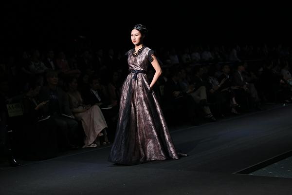 Top 10 Hoa hậu Hoàn vũ Việt Nam 2015 - Trương Thị Diệu Ngọc như hóa thân thành một quý cô cổ điển với bộ váy xòe cầu kì.