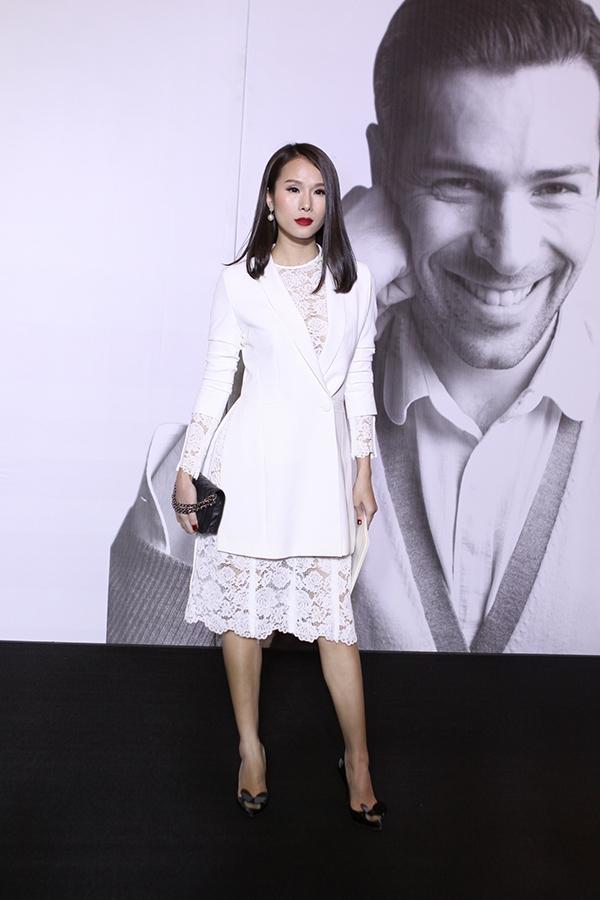 Cùng chọn sắc trắng, nếu như Hà Anh mang đến hình ảnh một người phụ nữ gợi cảm thì Thái Hà lại có vẻ thanh lịch, nhẹ nhàng hơn. Điểm chung giúp hai bộ trang phục cùng ghi điểm đó chính là sự đơn giản, tinh tế.