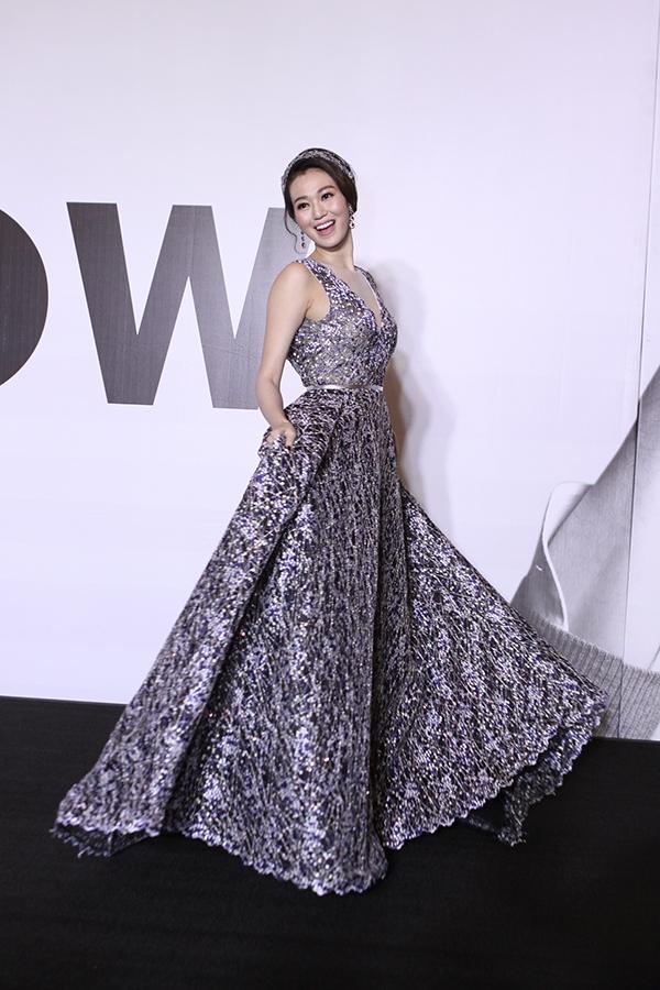 Khánh My như nàng công chúa bước ra từ cổ tíchkhi diện bộ váy xòe cầu kì của Lê Thanh Hòa. Dù thiết kế có phom đơn giản quen thuộc nhưng chính chất liệu được đan dệt kì công giúp bộ váy trở nên thu hút hơn.